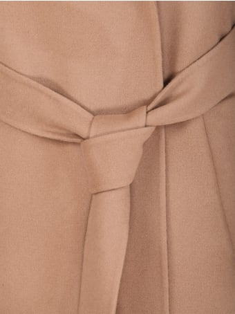 Closed single-breasted coat. Collar