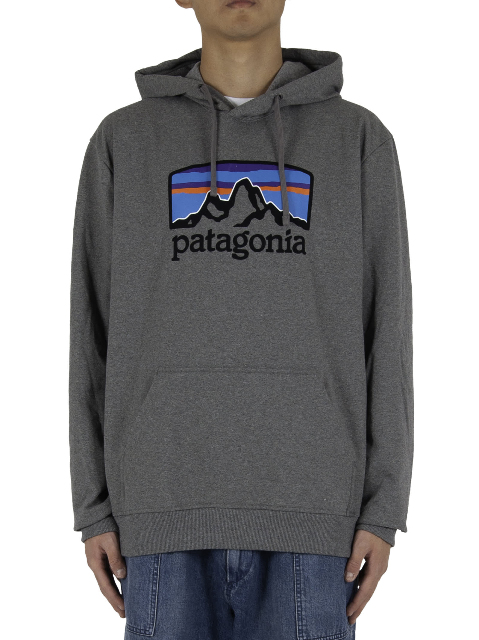 Logo print on chest; - Adjustable drawstring hood; - Kangaroo pocket; - Elastic ribbed hem and cuffs. - Composition: 47,5% recycled cotton, 47,5% Recycled polyester, 5% Elastan - Color: Grey