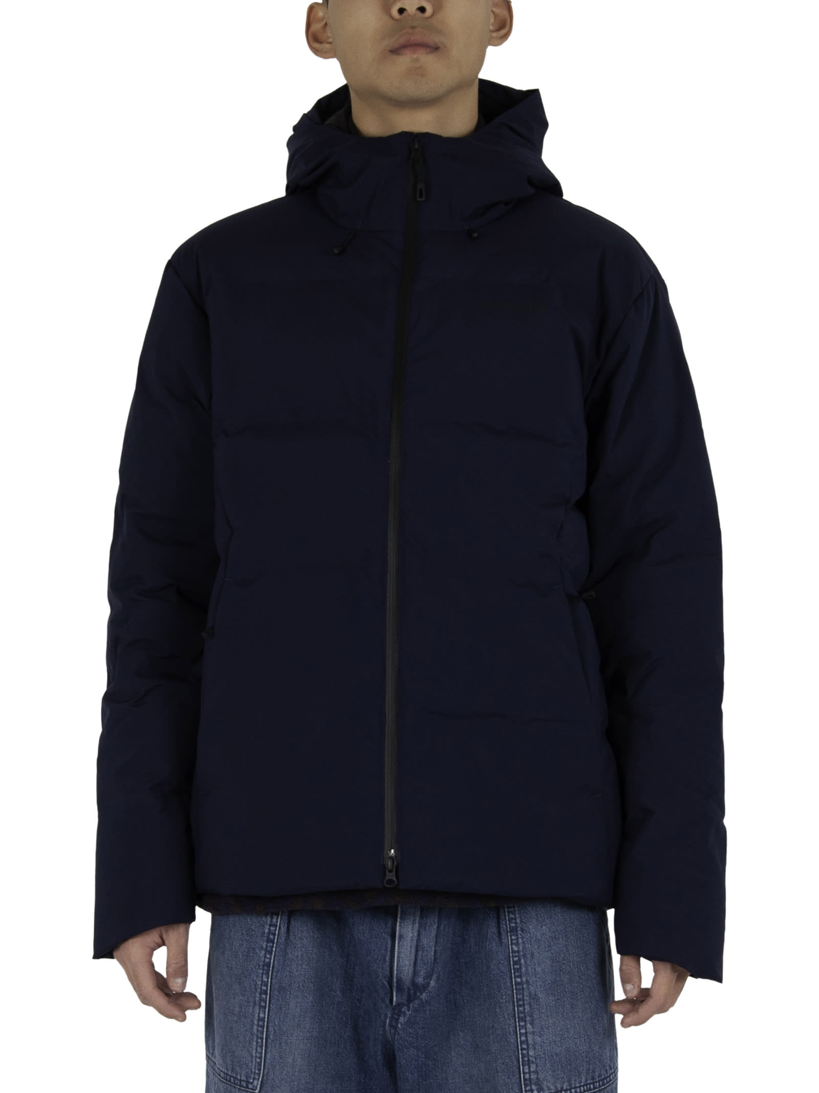 100% goose down and recycled duck; - Zipper closure; - Logo printed on chest; - Inside pocket; - Side pockets; - Adjustable hood and bottom. - Composition: 100% Recycled polyester - Color: Navy