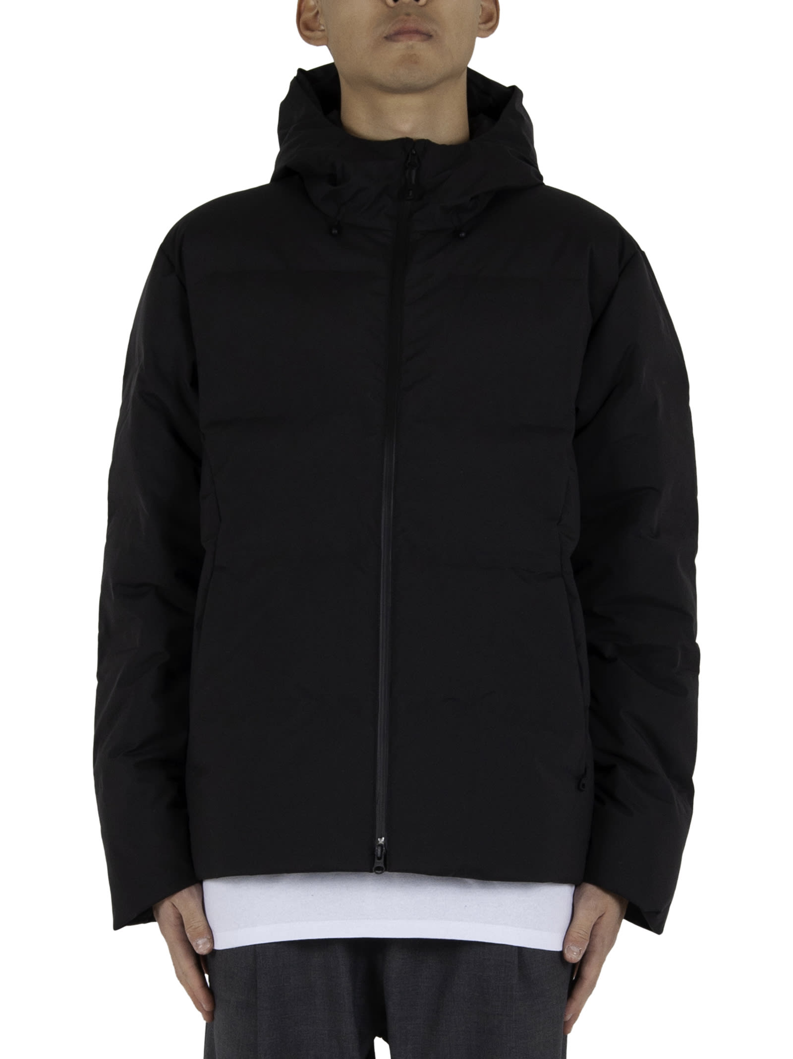100% goose down and recycled duck; - Zipper closure; - Logo printed on chest; - Inside pocket; - Side pockets; - Adjustable hood and bottom. - Composition: 100% Recycled polyester - Color: Black