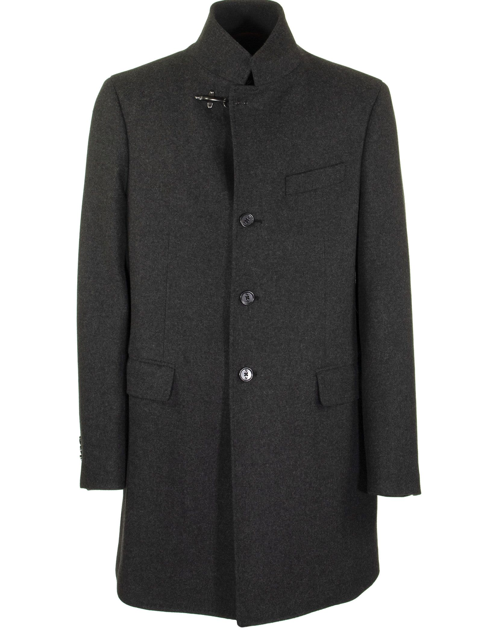 Unlined coat in wool blend cloth. High collar, upper pocket and pockets with flap. A coat with timeless elegance with tailored details and personalized buttons, enhanced by the iconic closure hook at the neck. Composition: 75% wool, 25% polyamide.